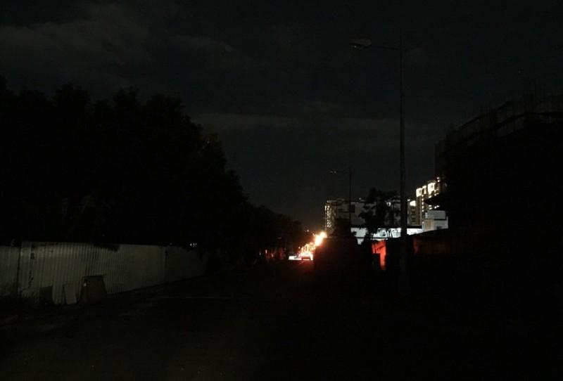 太平新興里太順路附近的路燈壞掉8天修不好,到了晚上一片漆黑,民眾抱怨出入危險。(記者陳建志翻攝)