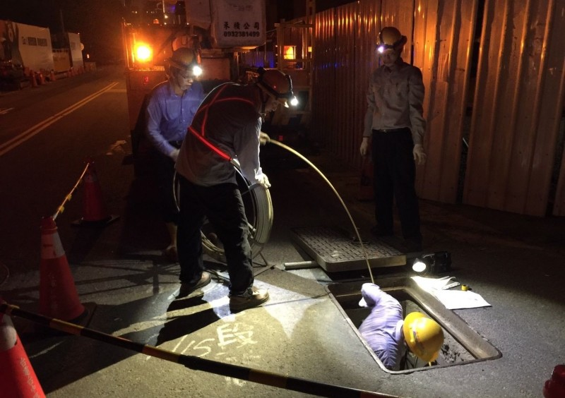 太平新興里新興一街附近的路燈壞掉8天修不好,台電人員昨晚連夜測試,終於確認故障地點。(記者陳建志翻攝)