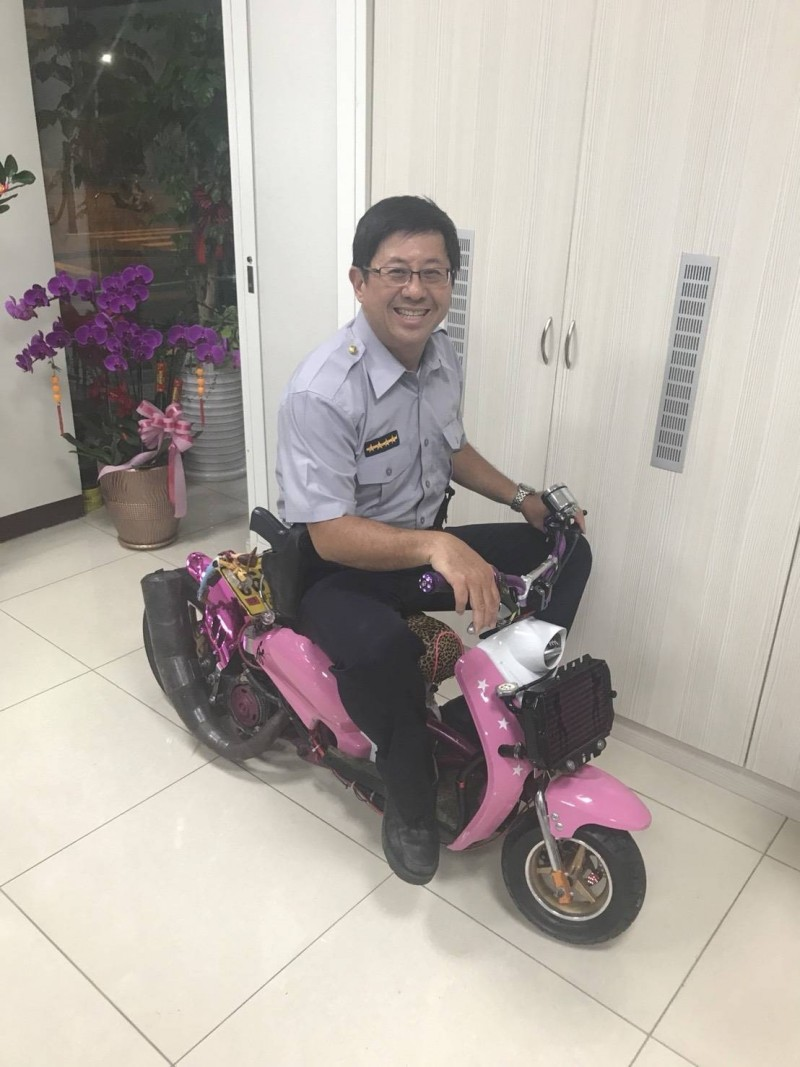 李姓勇警爸,為了女兒能安全上路,他無論受到什麼壓力,還是繼續取締超載的水泥車。(記者王捷翻攝)