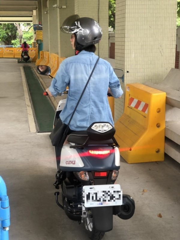 李姓警員為了女兒能上路,一年來陪女兒練騎、考照,最後終於考到人生中第一張駕照。(記者王捷翻攝)(車牌需要馬賽克)