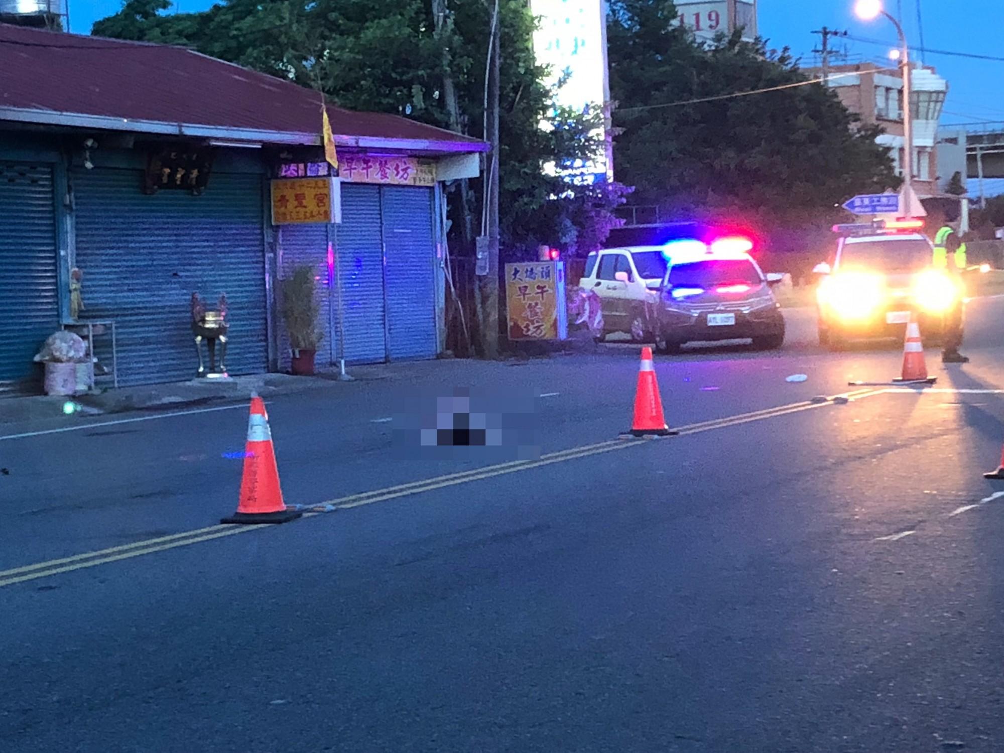 79歲傅姓老婦,今天清晨4點多,徒步穿越台13線時,先後遭2名機車騎士撞擊,不幸當場死亡。(記者彭健禮翻攝)