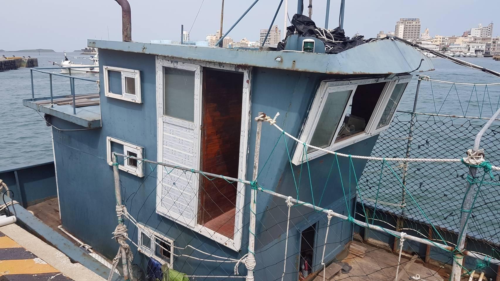 中國漁船刻意隱去船名躲避查緝,越界作業仍扣留調查罰鍰。(澎湖海巡隊提供)