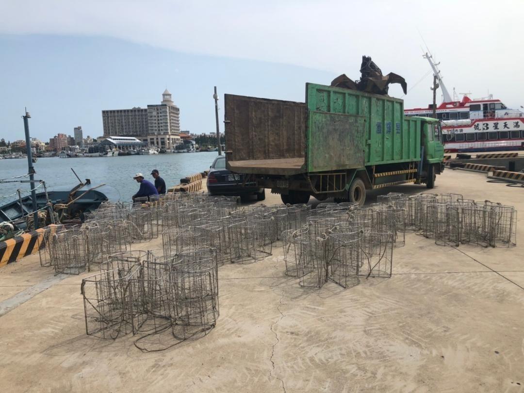 所有作業用的籠具等漁具,統統沒入,讓中國漁船損失慘重。(澎湖海巡隊提供)