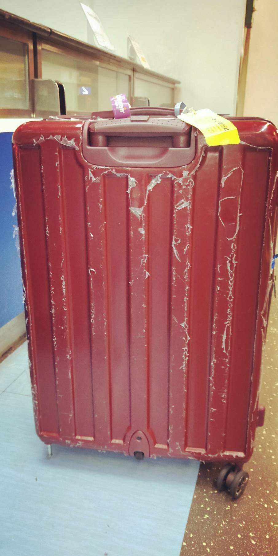 民眾投訴行李箱在運送過程中受損,台灣虎航拒絕賠償。(記者鄭景議翻攝)