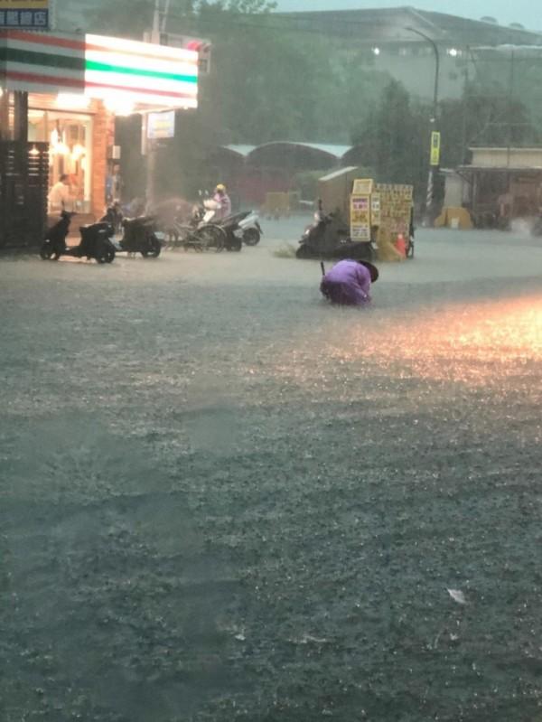 神農路又淹水。(記者洪臣宏翻攝)