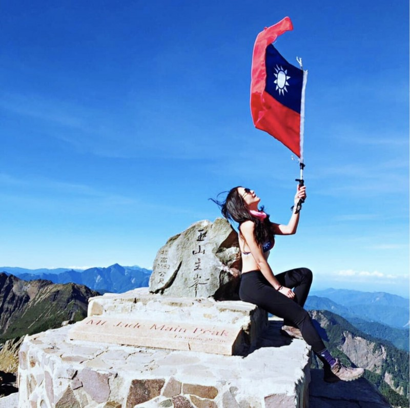正妹Summer Lu在登頂玉山穿上國旗比基尼並揮舞國旗慶祝。(記者蔡淑媛翻攝自Summer Lu臉書)