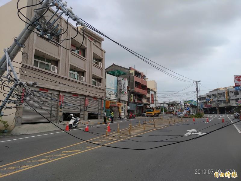 員林市山腳路電線遭扯斷,造成附近住戶停電,雙向車道無法通行。(記者陳冠備攝)