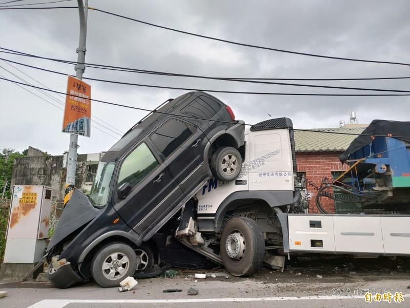 砂石車往前推擠,停在路旁的轎車被壓扁,休旅車則被頂起。(記者陳冠備攝)