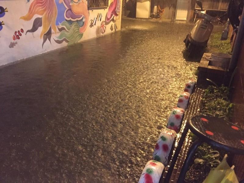 雲林北港晚上下起大雨,市區多處傳出積水災情。(翻攝自義民里長吳國興臉書)