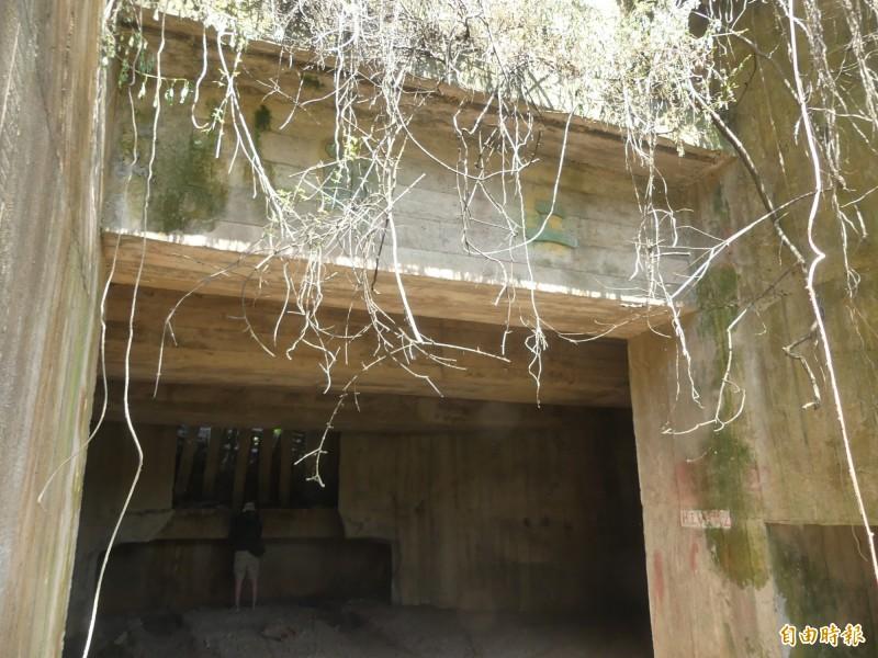 類似這樣水泥建造的砲堡,外觀甚不起眼,卻是許多軍友重返金門造訪的重要「景點」。(記者吳正庭攝)