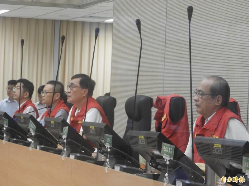 0719豪雨第二次工作會議,由副市長李四川(右二)主持,另一副市長洪東煒(右一)也出席,中間的韓國瑜位子卻空著。(記者葛祐豪攝)
