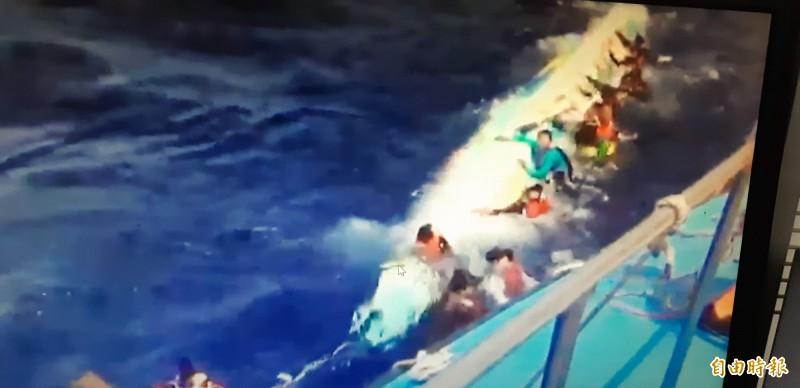 綠舟載離蘭嶼一公里的海域翻覆,人員全被海巡及漁船救起。(記者王秀亭翻攝)