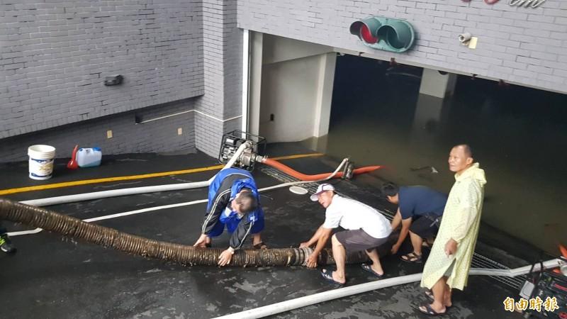 芩雅區至誠路75至79號大樓地下室淹水210公分,李四川調派2部大型抽水機抽水。(記者陳文嬋攝)