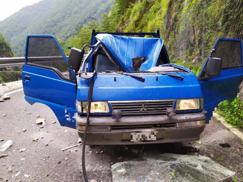 中橫落石砸中工程車。(台中市消防局提供)