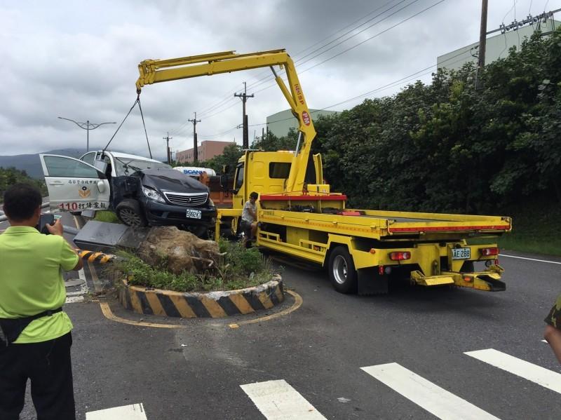 新北市瑞芳警分局雇請吊車將被撞毀的警車拖上吊車。(記者林嘉東翻攝)