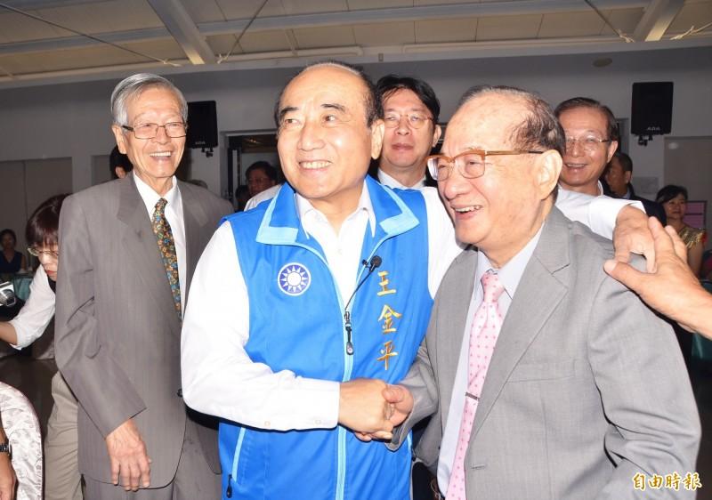 前立法院長王金平遇到台南一中的老同學王昭雄(右),開心不已。(記者吳俊鋒攝)