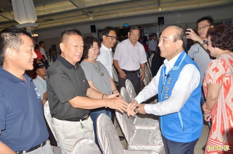 前立法院長王金平(右2)逐一與支持者握手致意。記者吳俊鋒攝)