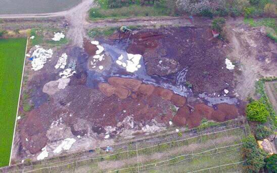 業者把食品污泥倒在農田間。(記者顏宏駿翻攝)
