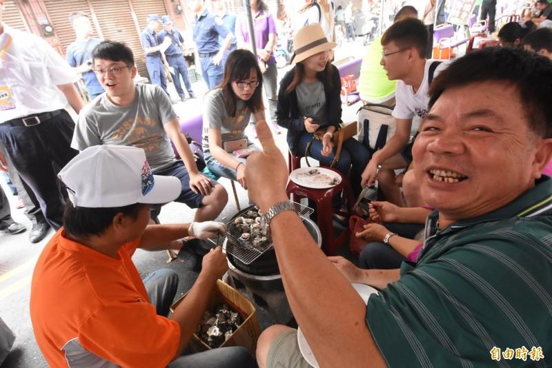 縣府結合與在地商家舉辦百米烤蚵廊道。(記者顏宏駿攝)