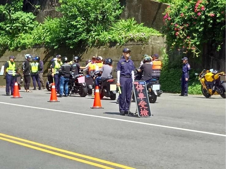 警方在暑假期間加強風景區道路改裝機車及飆車攔查。(警方提供)