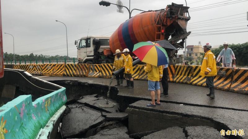公路總局緊急搶修。(記者羅欣貞攝)