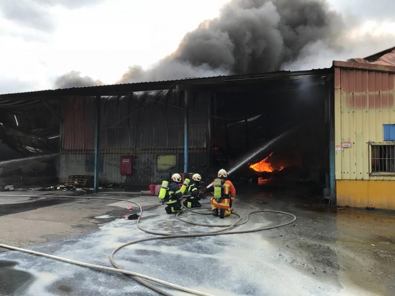 龜山區一處鐵皮工廠發生火警,消防人員緊急灌救。(記者周敏鴻翻攝)