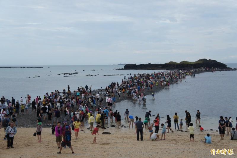 摩西分海人潮洶湧,但遊客對於地質音樂祭興趣缺缺。(記者劉禹慶攝)