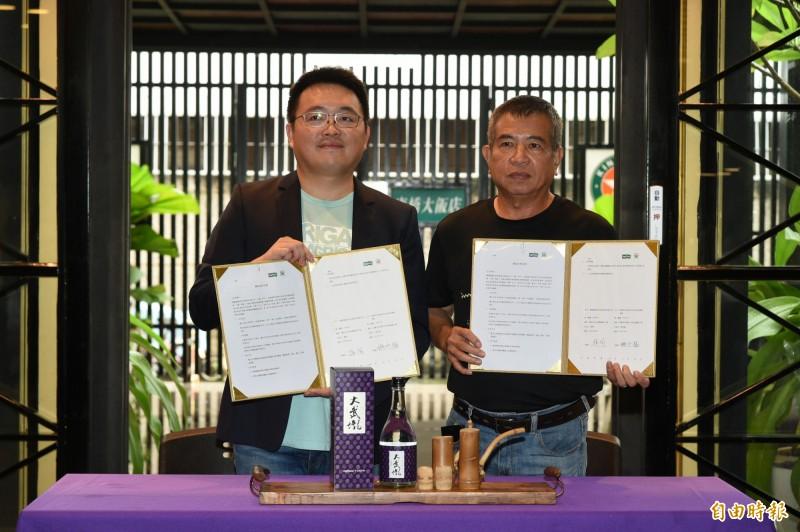 高雄日光小林社區協會理事長姚水福(右)及台灣蓋婭社會企業創辦人楊洵(左)今天連袂宣布「大武壠酒」上市,雙方並簽下合作備忘錄,共同生產推廣。(記者張忠義攝)