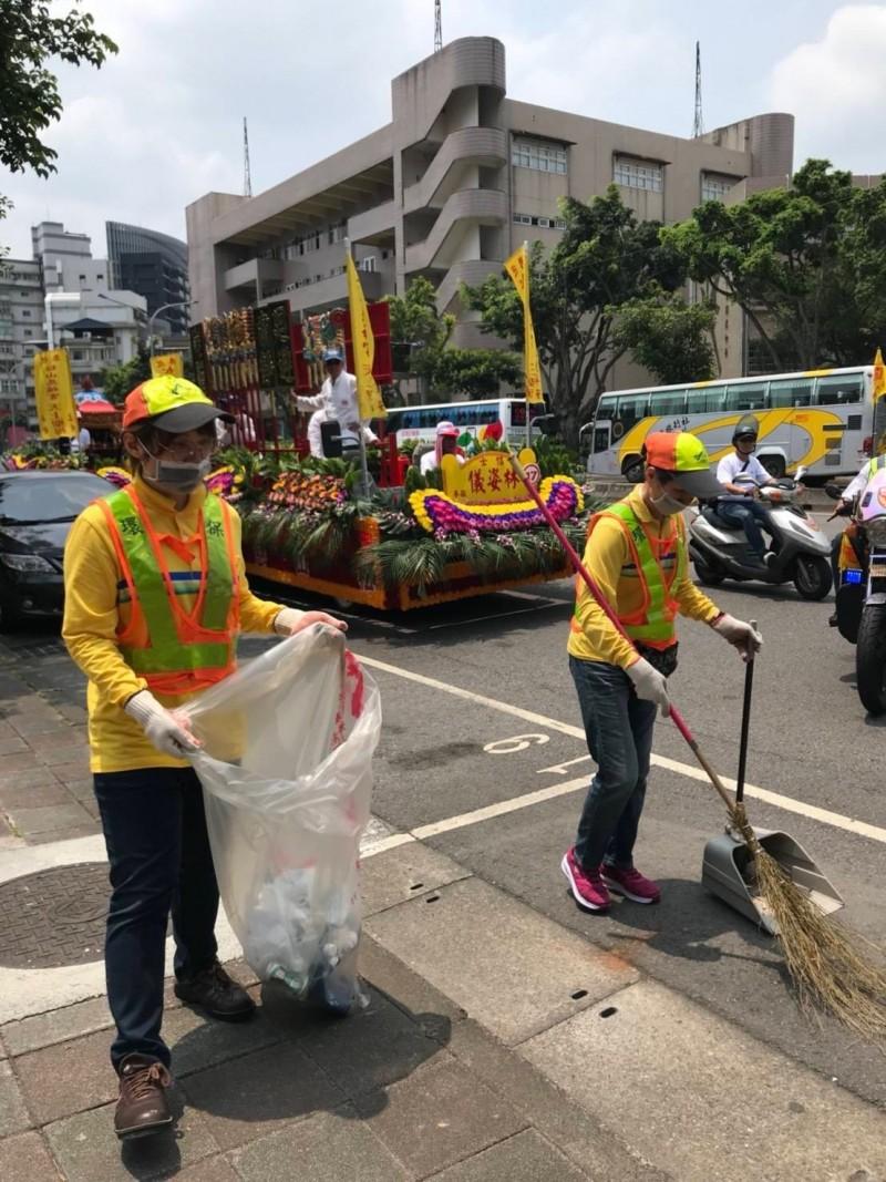 78年次的白千昀(左)目前人在環保局信義區隊服務。(環保局提供)