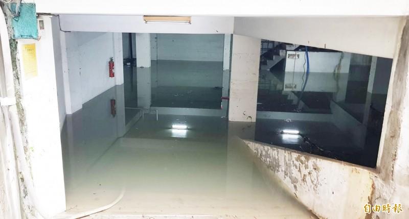 鳳山「大眾家園」公寓大廈地下室只靠抽水馬達,積水經過1天1夜還沒抽完。(記者陳文嬋攝)