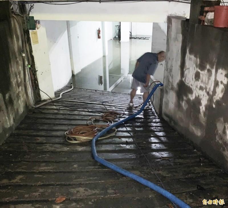 鳳山區忠義里「大眾家園」大廈地下室積水40小時才逐漸抽完。(記者陳文嬋攝)