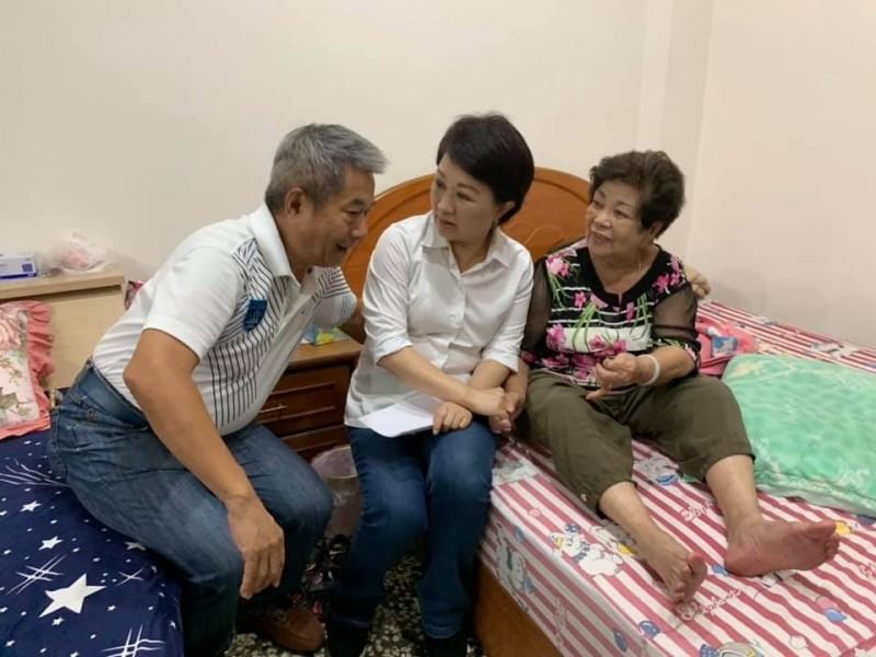 盧秀燕拜訪鄭功進(左),也同時探望鄭功進的媽媽(右)(取自鄭功進臉書)