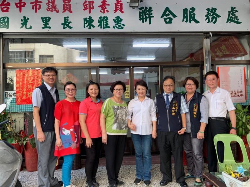 台中市長盧秀燕(右四)拜訪民進黨議員邱素貞(右五)(邱素貞服務處提供)