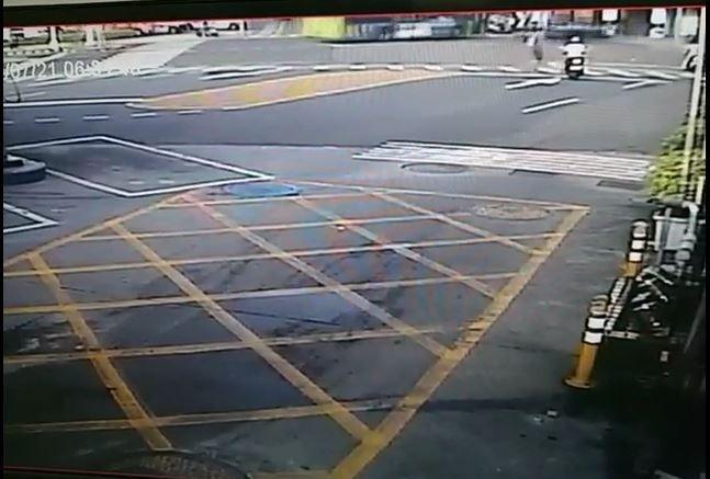 第一張:新北市蘆洲今天上午傳出公車與轎車車禍意外,公車左轉(左側)時,直行轎車也駛入路口(右側黑車)。(記者吳仁捷翻攝)
