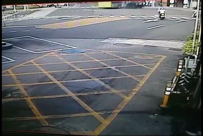 第二張:新北市蘆洲今天上午傳出公車與轎車車禍意外,公車左轉(左側)時,直行轎車(右側黑車)撞上公車左側。(記者吳仁捷翻攝)