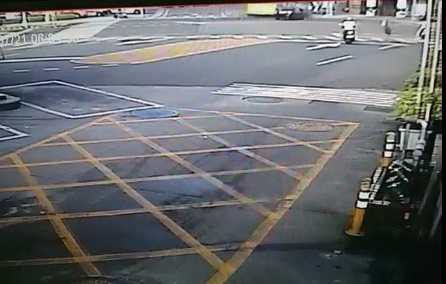 第三張:新北市蘆洲今天上午傳出公車與轎車車禍意外,左轉公車(左)遭直行轎車(右側黑車)撞上後,傳出巨響。(記者吳仁捷翻攝)