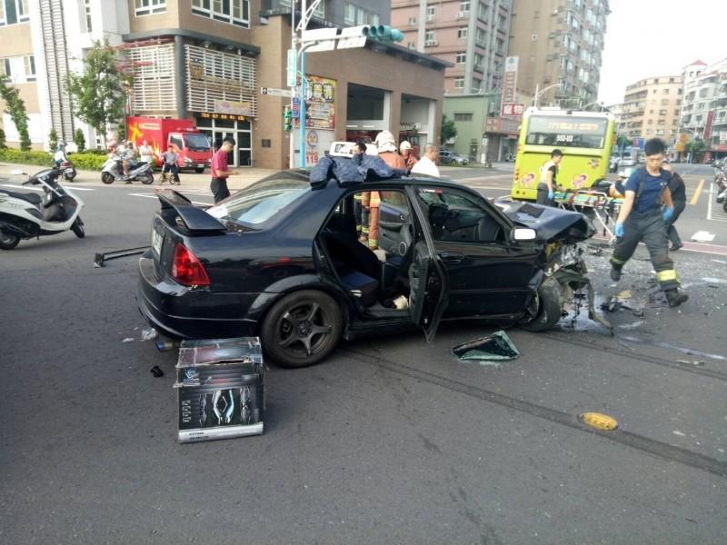 新北市蘆洲今天上午傳出公車與轎車車禍意外,因路口前方就是蘆洲消防分隊,消防人員立即出動救助命危轎車駕駛。。(記者吳仁捷翻攝)