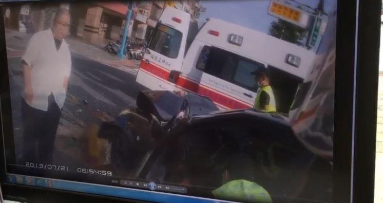 新北市蘆洲今天上午傳出公車與轎車車禍意外,因路口前方就是蘆洲消防分隊,消防人員立即出動,搶時間救助受困車內,命危的轎車駕駛;公車駕駛(左)也在旁關心。(記者吳仁捷翻攝)
