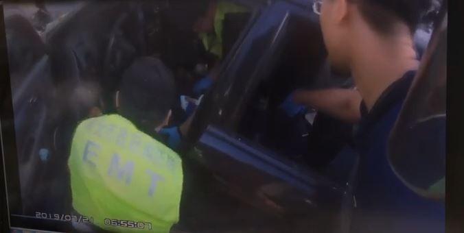 新北市蘆洲今天上午傳出公車與轎車車禍意外,因路口前方就是蘆洲消防分隊,消防人員立即出動,搶時間救助受困車內,命危的轎車駕駛。(記者吳仁捷翻攝)