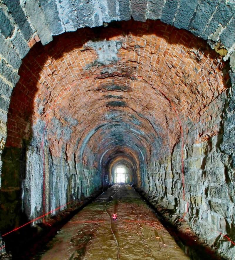 基隆市定古蹟劉銘傳隧道修復工程,歷經10年努力,終於在今年7月10日發包,預計6百個日曆天完工;圖為隧道內包含紅磚、唭哩岸石與觀音山石交錯的地質。(記者俞肇福翻攝)