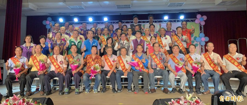 鄭文燦市長(第二排右3)、市議員呂林小鳳(第二排右4)和編號1-23名的模範父親合影。(記者陳恩惠攝)