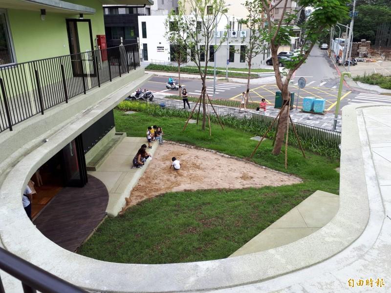 關埔國小以沒有死角的校園為特色,成為竹市都市中的森林小學。(記者洪美秀攝)