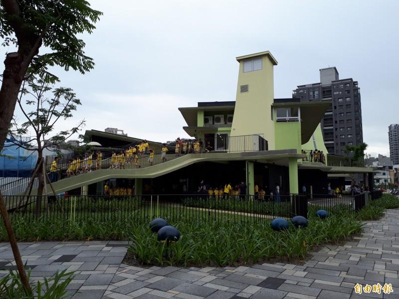 新竹市關埔國小獲今年國家卓越建設獎最佳施工品質類金質獎,學校以沒有死角的校園為特色,成為竹市都市中的森林小學。(記者洪美秀攝)