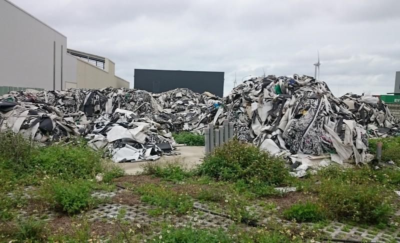 曾男棄置將近220噸廢棄塑膠混合物。(記者陳冠備翻攝)