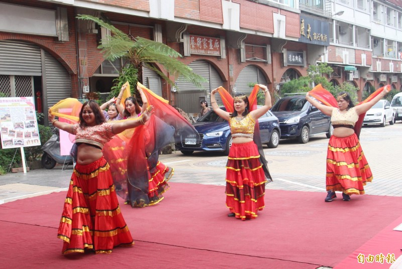 新住民姊妹表演表演傳統舞蹈,熱鬧慶祝服務據點成立。(記者張勳騰攝)