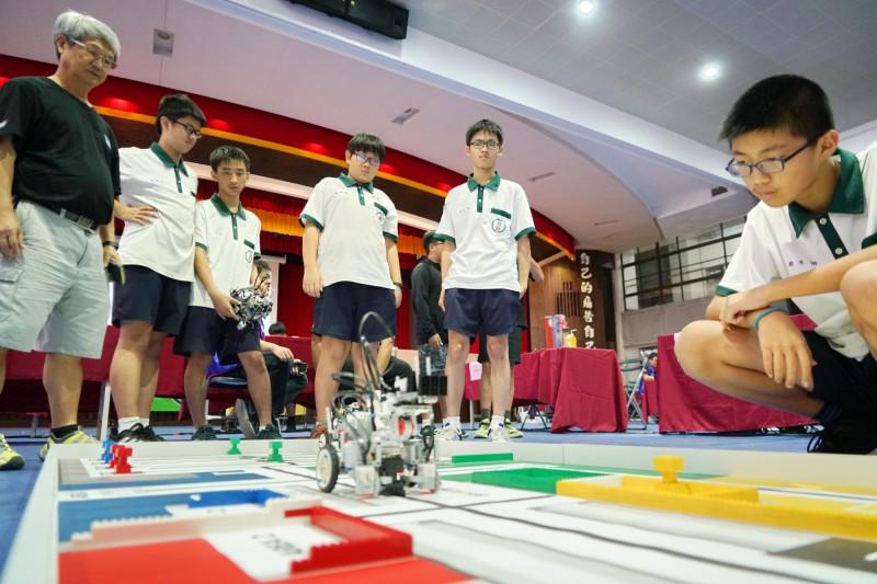 君毅中學機器人戰隊成果豐碩,將代表苗栗縣角逐全國國中組競賽。(記者鄭名翔翻攝)