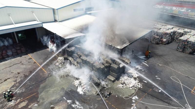 梧棲區一家塑膠回收工廠堆置的塑膠廢料起火燃燒,消防人員趕往灌救。(記者歐素美翻攝)