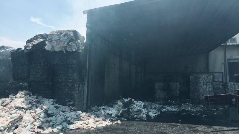 梧棲區一家塑膠回收工廠堆置的塑膠廢料起火燃燒。(記者歐素美翻攝)