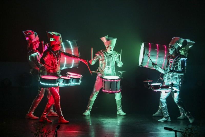 小丑幻鼓秀表演前著裝時間耗費2小時。(記者江志雄翻攝)