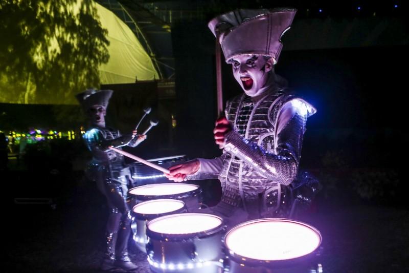 小丑幻鼓秀充滿燈光效果。(記者江志雄翻攝)